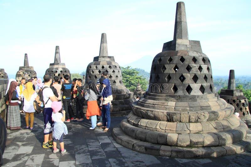 Turists op Borobudur stock afbeelding