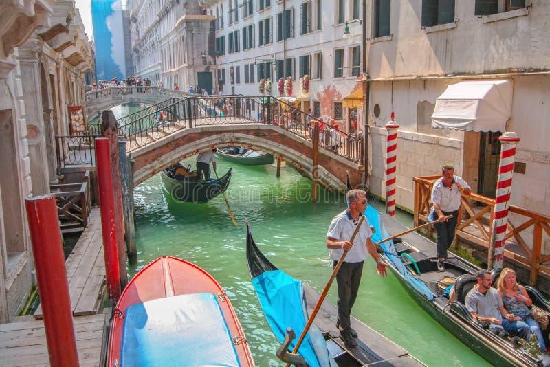 Turistsight i gondol i den Venedig kanalen royaltyfri fotografi