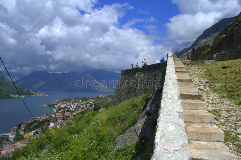 Turistsight på Kotor befästningar, Montenegro royaltyfri bild