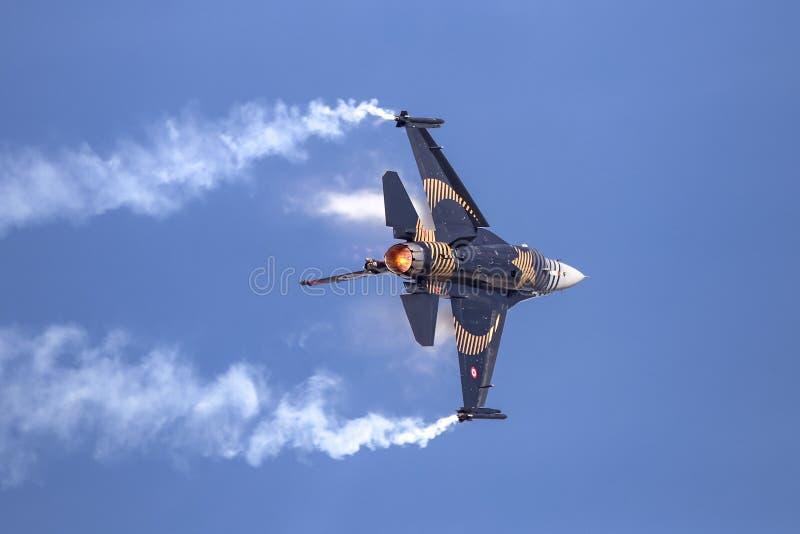 Turk Air Aerobatics Show a solas en Teknofest Estambul imágenes de archivo libres de regalías