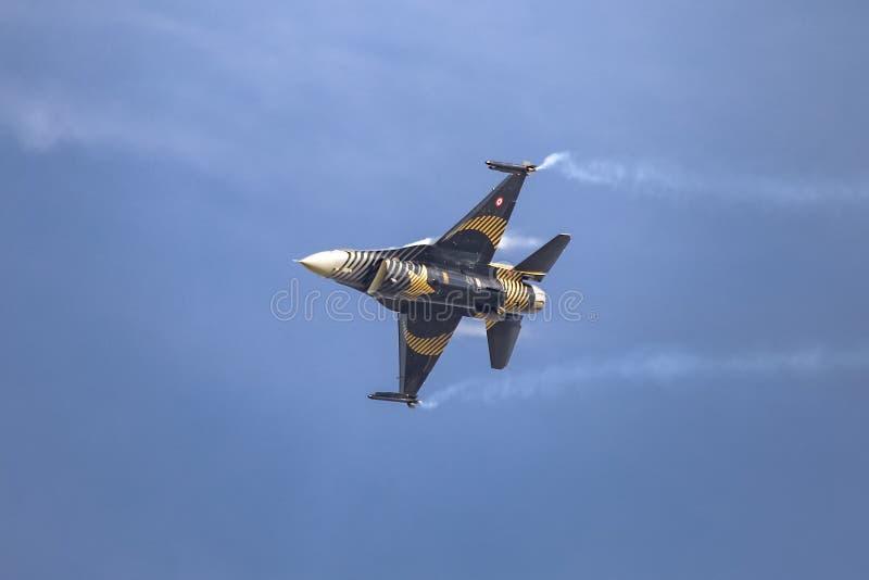 Turk Air Aerobatics Show a solas en Teknofest Estambul imagen de archivo libre de regalías
