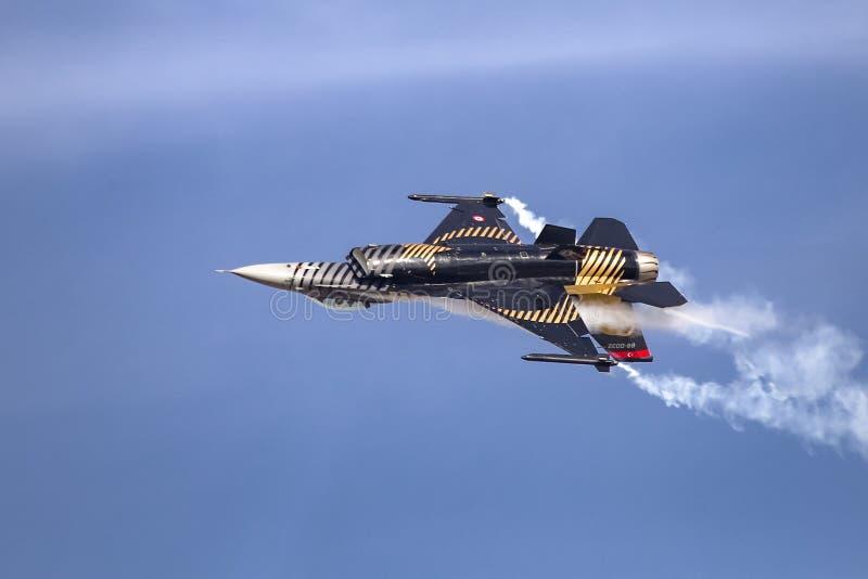 Turk Air Aerobatics Show solo in Teknofest Costantinopoli fotografia stock libera da diritti