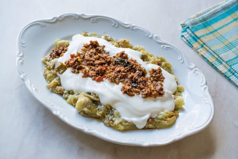 Turk Ali Nazik Kebab med yoghurt, köttfärs och grillade aubergine eller aubergine/Kebap royaltyfri bild