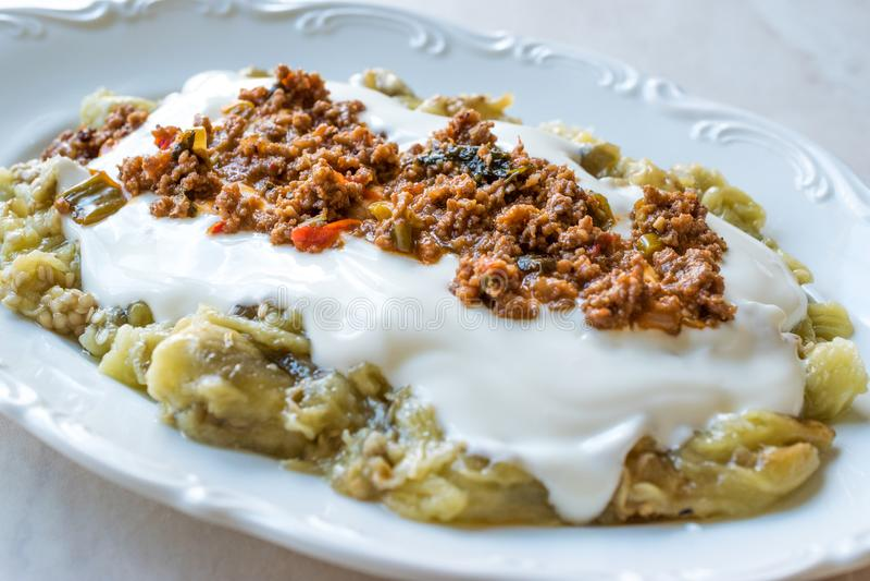 Turk Ali Nazik Kebab med yoghurt, köttfärs och grillade aubergine eller aubergine/Kebap arkivfoton