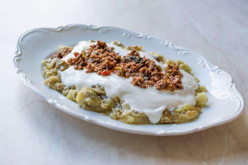 Turk Ali Nazik Kebab med yoghurt, köttfärs och grillade aubergine eller aubergine/Kebap royaltyfri fotografi
