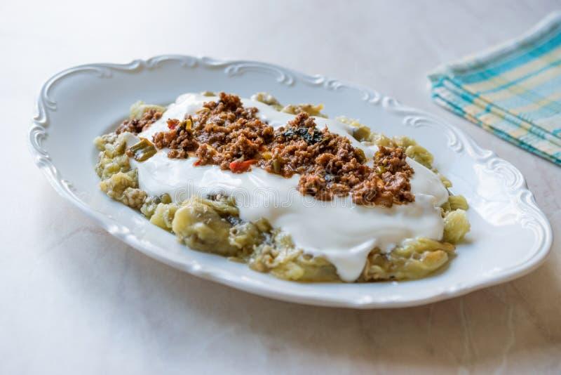 Turk Ali Nazik Kebab med yoghurt, köttfärs och grillade aubergine eller aubergine/Kebap arkivbilder