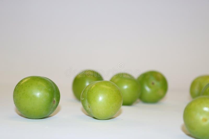 Turk kan erik Ny grön plommonfrukt på vit Gräsplan och läcker sur plommon arkivbild