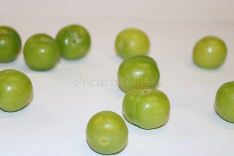Turk kan erik Ny grön plommonfrukt på vit Gräsplan och läcker sur plommon arkivbilder