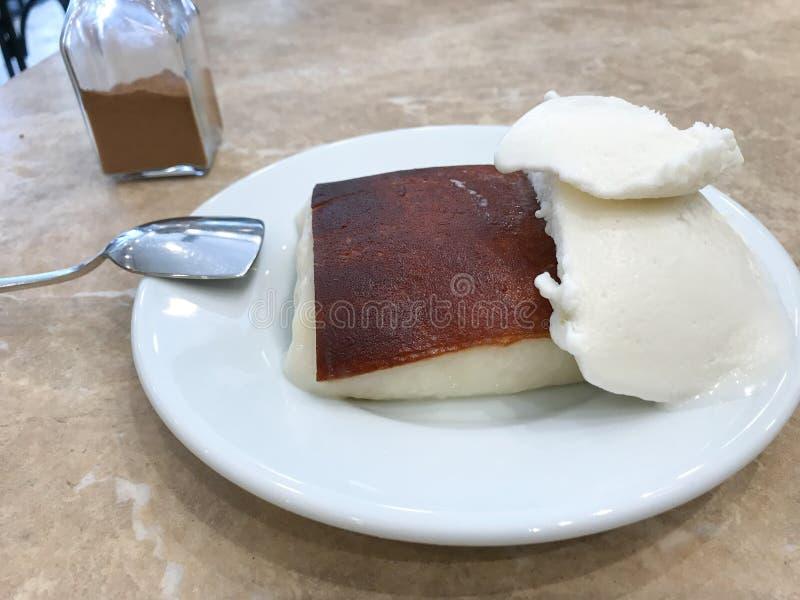 Turk mjölkar bakad pudding Kazandibi med glass och kanelbrunt pulver arkivfoton