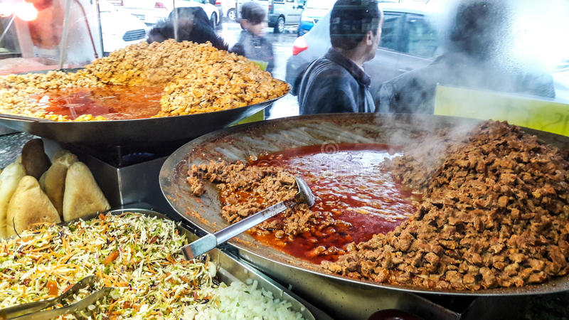 Turk och kavurmaen/grillade kött i panna royaltyfri fotografi