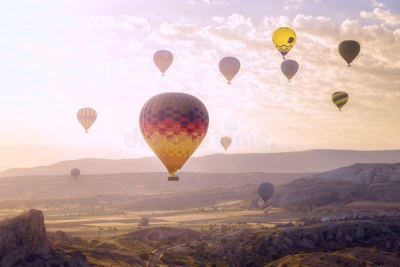 Turkiet Cappadocia som flyger i en ballong för varm luft arkivbild