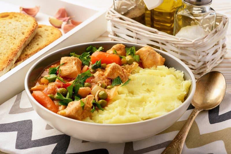 Turkiet gulasch lät småkoka med grönsaker och mosade potatisar arkivfoto