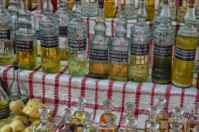 Turkiet Kemer, 12,08,2017 aromatiska oljor i flaskor för att buteljera royaltyfria foton