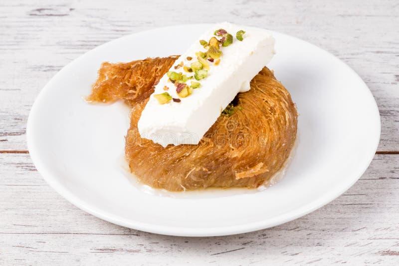 Turkish вводят сладостное сметанообразное печенье в моду, Kadayif стоковая фотография