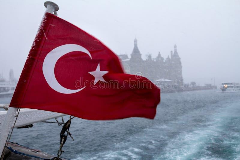 Turkish сигнализируют на корабле во время пурги, паром Европ-Азии можно увидеть в предпосылке, так же, как станции Haydarpasa стоковая фотография rf