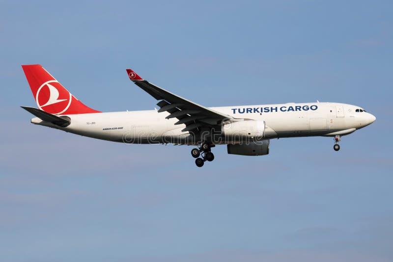 Turkish Airlines ładunku Aerobus A330-200 TC-JDO ładunku samolotu lądowanie przy Istanbuł Ataturk lotniskiem zdjęcia stock