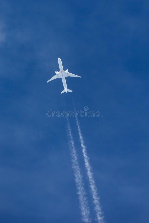 Turkish Airlines Boeing 777 samolotu latanie przy dużą wysokością z cztery contrails płynie za nim zdjęcie royalty free