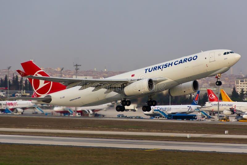 Turkish Airlines-het Vrachtschip van de Ladingsluchtbus A330 stock afbeelding