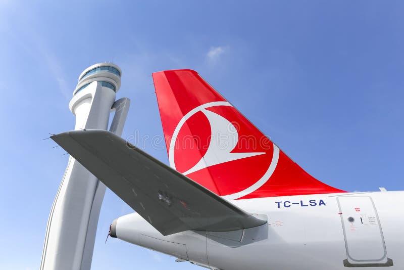 Turkish Airlines-Vliegtuig in de Nieuwe Luchthaven van Istanboel stock afbeelding