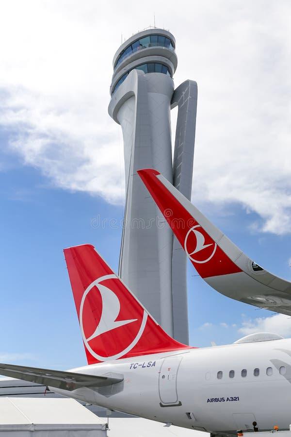 Turkish Airlines-Vliegtuig in de Nieuwe Luchthaven van Istanboel stock foto's