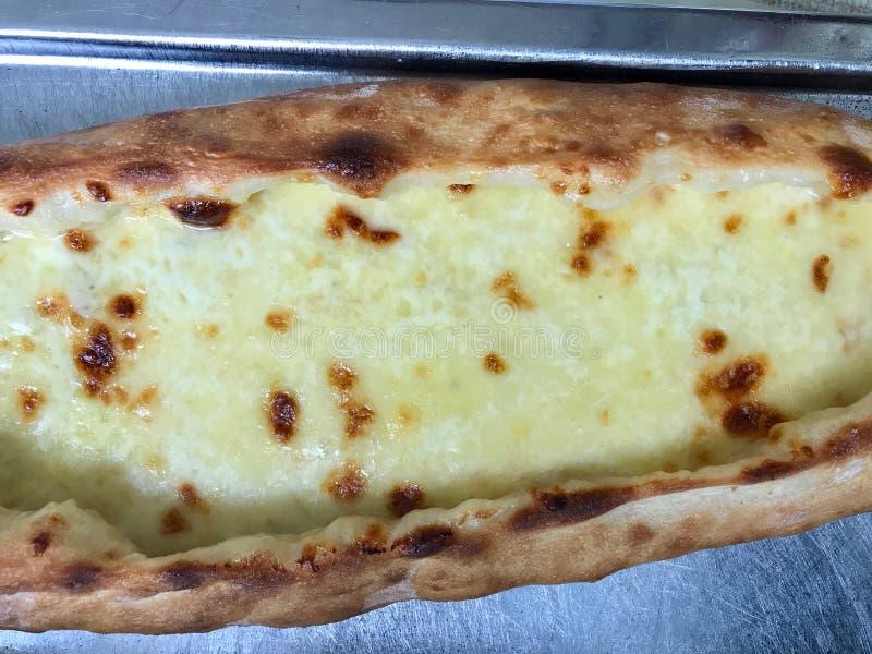 Турецкое Karadeniz Pide с расплавленным сыром на подносе турецкая концепция пиццы стоковые фото