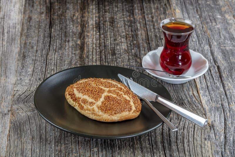 Turkisk bakelse Pogaca med te/cayen på träyttersida Traditionellt bageri royaltyfri fotografi