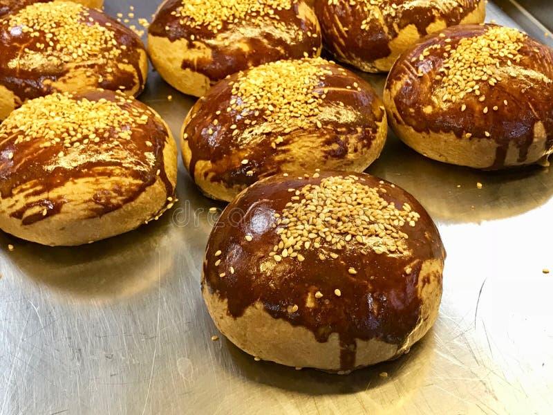 Turkisk bakelse Pogaca som är klar att tjäna som Traditionell bagerimat royaltyfri foto