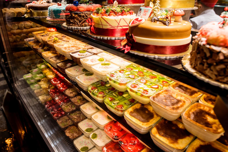 Turkisk bakelse shoppar med kakor och vaniljsåser arkivbild