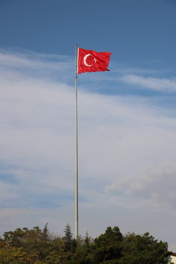 Turkisk flagga, flaggapol, blå himmel fotografering för bildbyråer