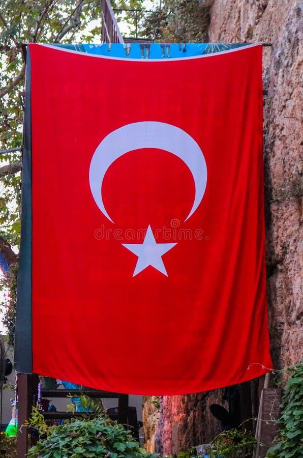 Turkisk flagga i mitten av Kaeici, Antalya, Turkiet Fors i Juli 2018 royaltyfri bild