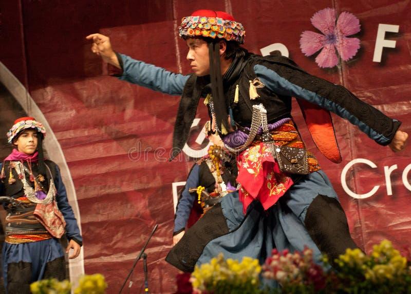 Turkisk folk dansare på en internationell festival royaltyfria foton
