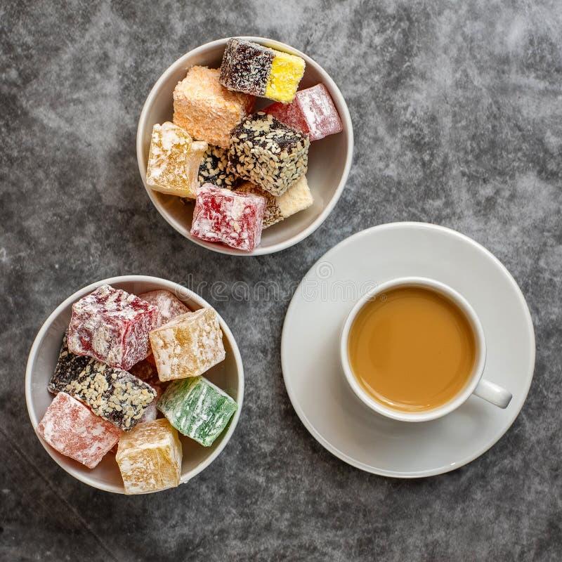 Turkisk fröjd och kopp kaffe på grå bakgrund Top beskådar royaltyfria foton