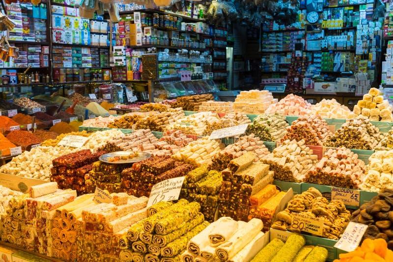 Turkisk fröjd, också som är bekant som lokumen som säljs i den berömda kryddabasaren i Istanbul arkivfoton