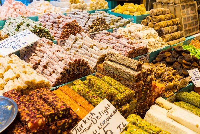 Turkisk fröjd, också som är bekant som lokumen som säljs i den berömda kryddabasaren i Istanbul royaltyfri bild
