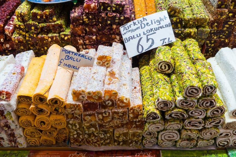 Turkisk fröjd, också som är bekant som lokumen som säljs i den berömda kryddabasaren i Istanbul arkivbilder