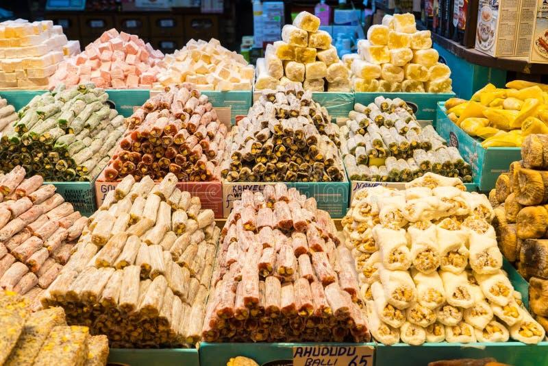 Turkisk fröjd, också som är bekant som lokumen som säljs i den berömda kryddabasaren i Istanbul royaltyfri fotografi