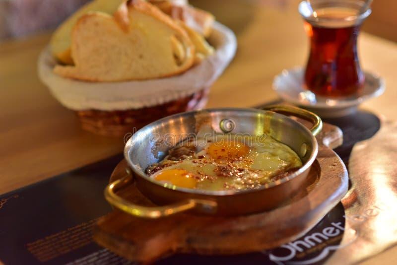 Turkisk frukost för potatis och för korv royaltyfri bild