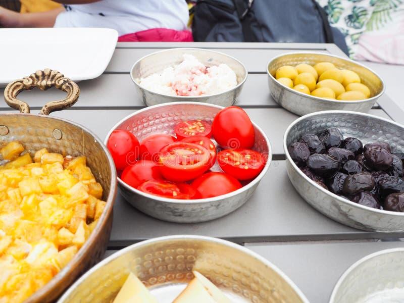 Turkisk frukost med olik doppa sås arkivbild