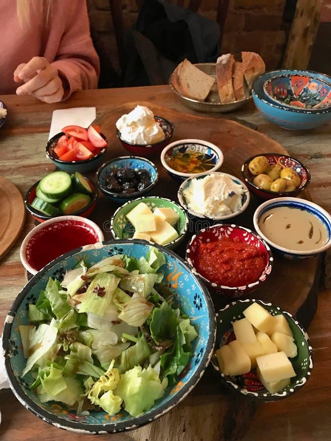 Turkisk frukost med ost, olika driftstopp, Fried Eggs och sallad på trätabellen royaltyfri fotografi