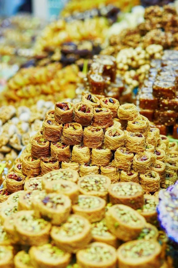 Turkisk honungbaklava på en traditionell bondemarknad i Istanbul, Turkiet royaltyfri bild
