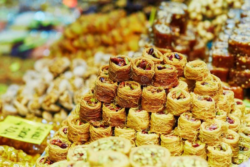 Turkisk honungbaklava på en traditionell bondemarknad i Istanbul, Turkiet arkivbilder