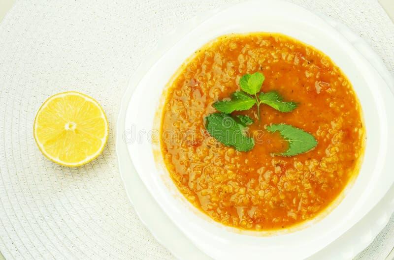 Turkisk linssoppa på en platta med mintkaramellen och citronen royaltyfria bilder