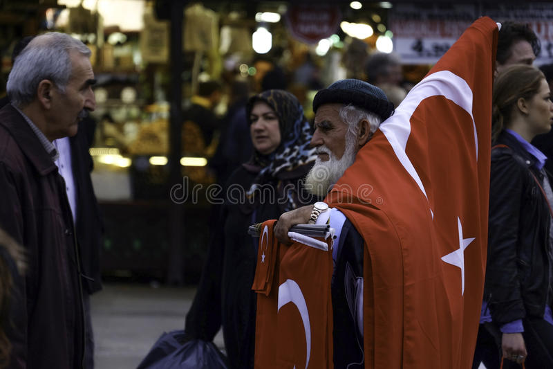 Turkisk man som säljer flaggor på gatan. royaltyfria foton