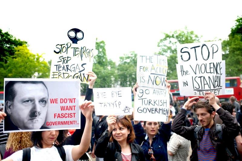 Turkisk person som protesterar i Hyde Park arkivfoto