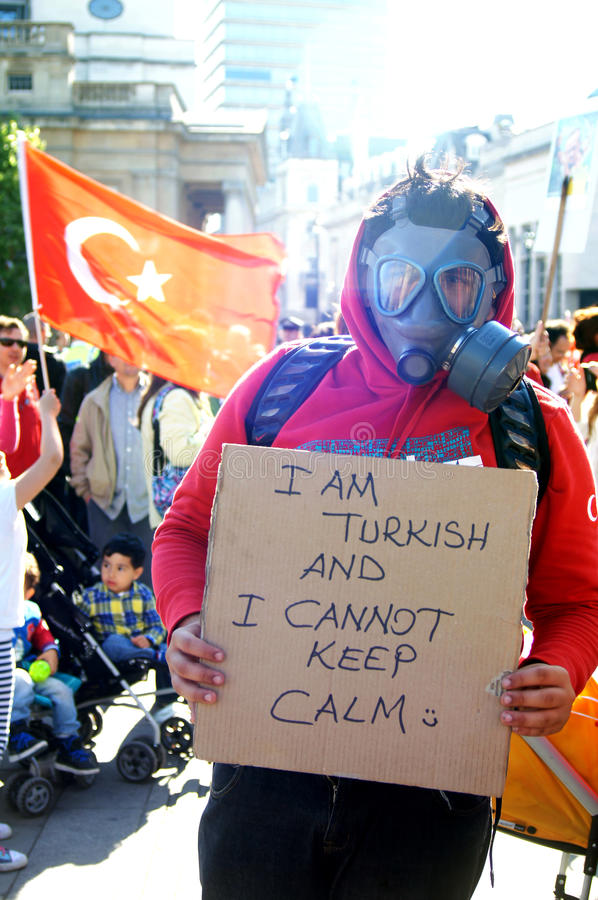 Turkisk person som protesterar med en gasmask royaltyfri foto