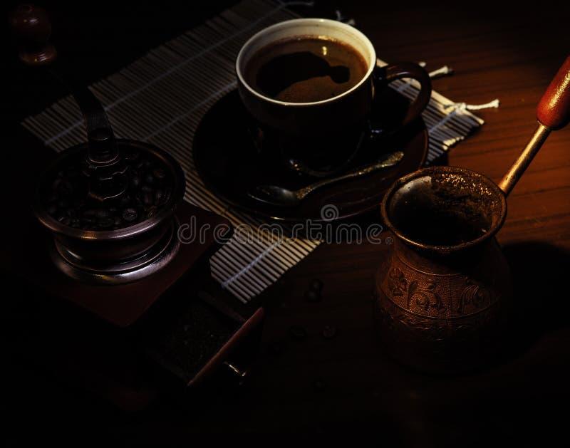 Turkisk tooperkruka för tunnbindare, tappningkaffekvarn arkivfoto
