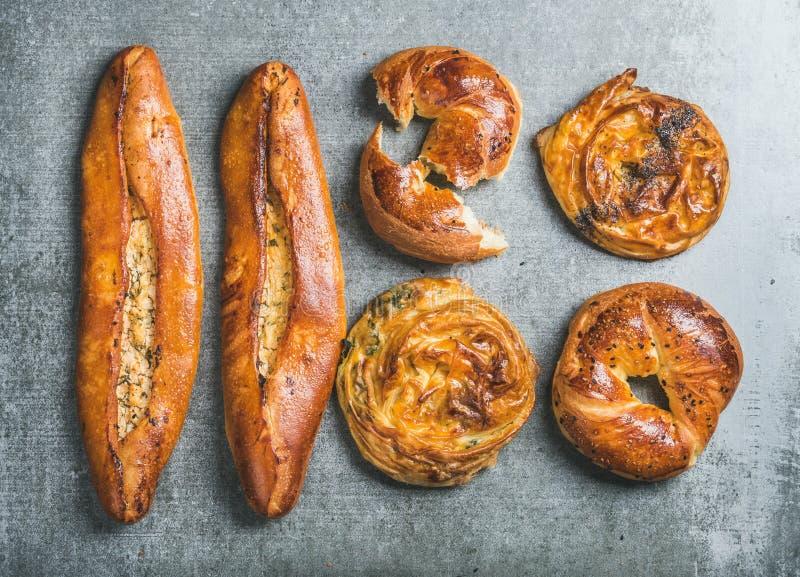Turkiska baglar, borek med spenat-, frö- och för ostpizza pide royaltyfria bilder