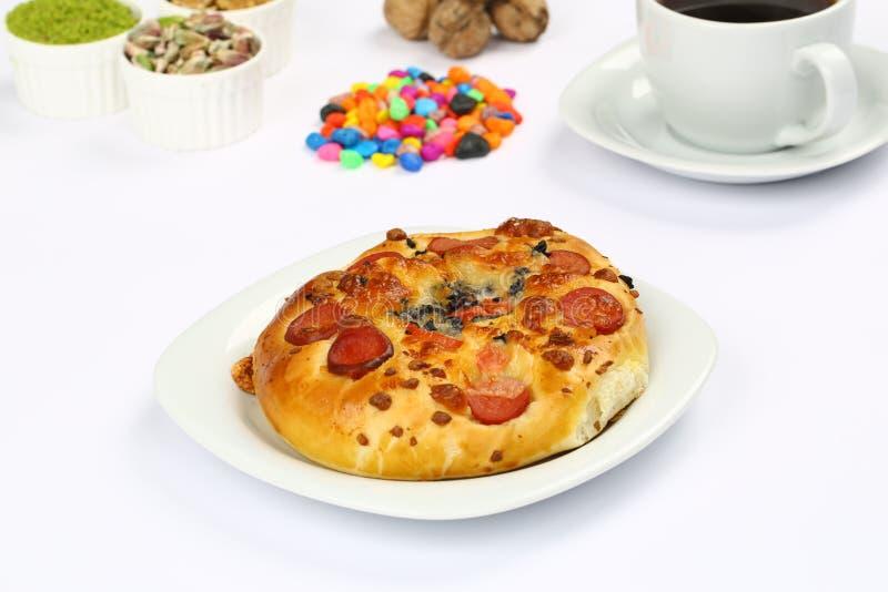 Turkiska bakelser - Pogaca pizza arkivbilder