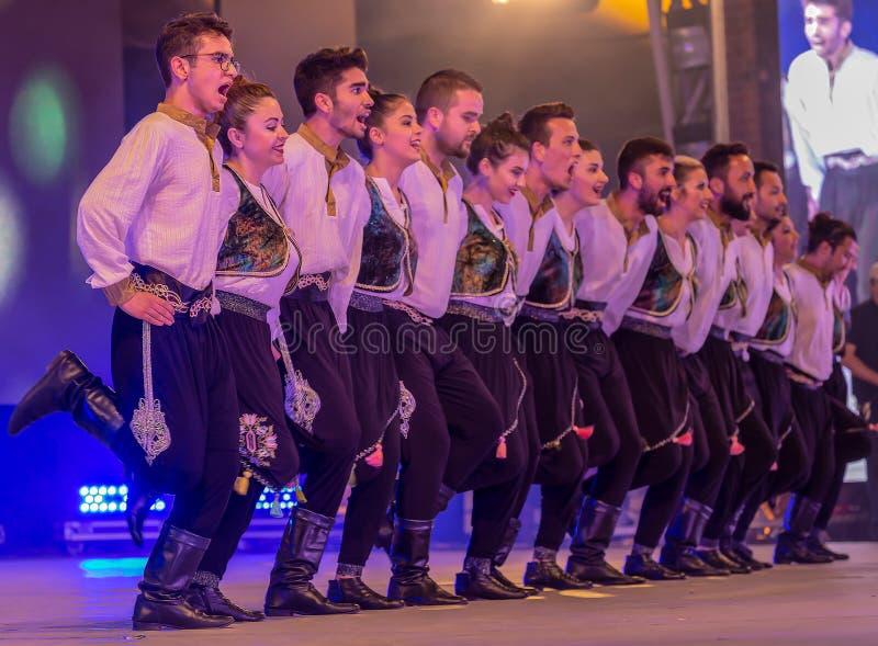 Turkiska dansare i traditionell dräkt royaltyfria bilder