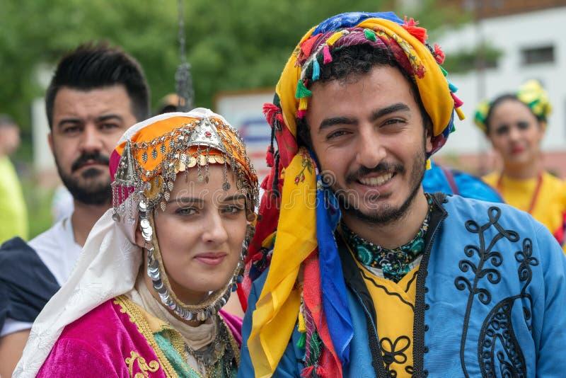 Turkiska dansare i traditionell dräkt royaltyfri fotografi